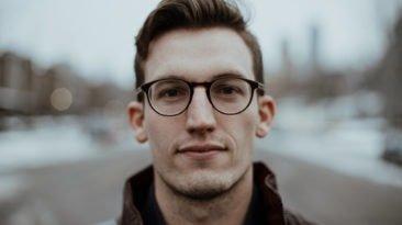 boxen mit brille
