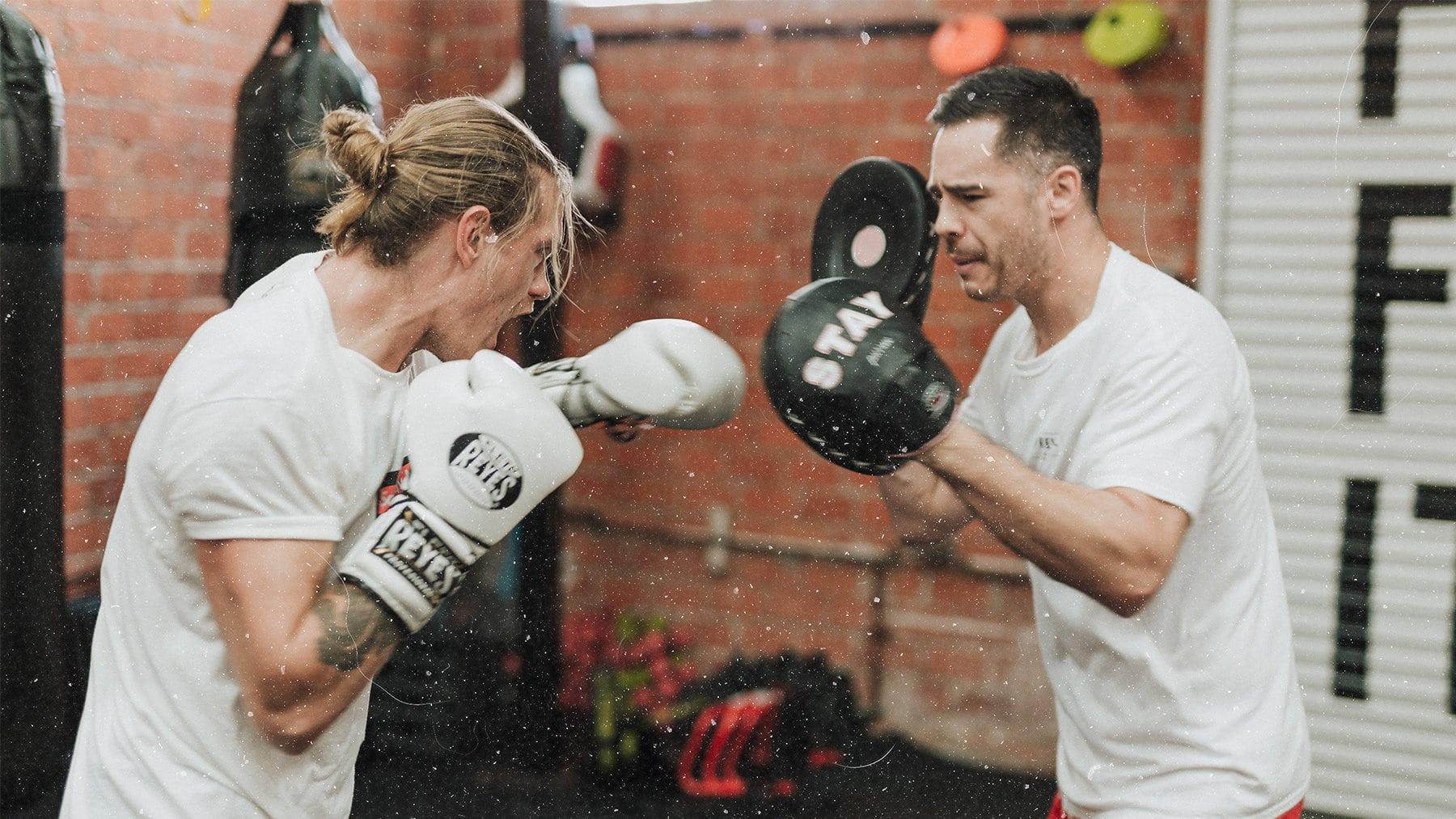 boxen mit boxpratzen trainieren